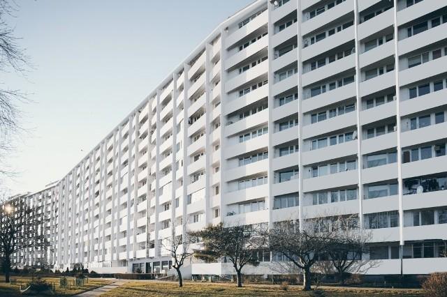 """Jak wyglądałby falowiec, gdyby pomalować go na jednolity, jasny kolor? To pytanie zadał sobie Adrian Mania z pracowni Studiomania, który dostrzegł ogromny potencjał najdłuższego budynku w Polsce. W ten sposób powstała koncepcja """"Białe Falowce""""."""
