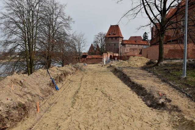 Choć promenada nad Nogatem w Malborku jest formalnie placem budowy, spacerowiczów tam nie brakuje. Jest nadzieja, że ostateczne efekty pierwszego etapu inwestycji będzie można podziwiać już za dwa miesiące. Zobacz zdjęcia z placu budowy >>>