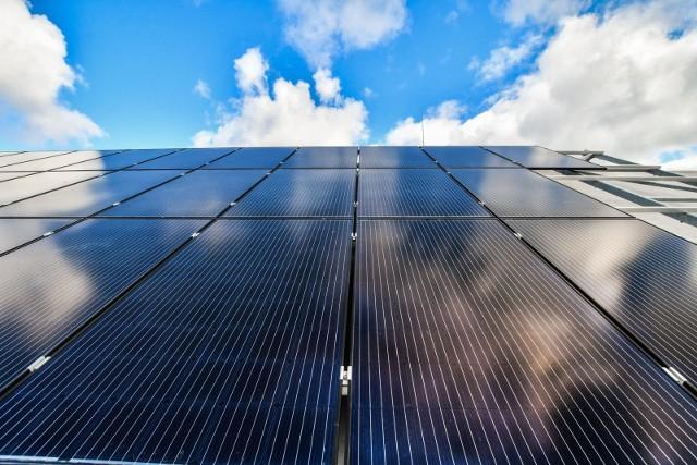 Montaż paneli fotowoltaicznych na dachach krakowskich budynków nie zawsze może być legalny. Wszystko przez wadliwe przepisy