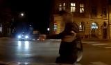 Brawurowa gra aktorska! Tak obcokrajowiec próbował wyłudzić odszkodowanie na jednym z przejść dla pieszych w Krakowie! [ZDJĘCIA, WIDEO]