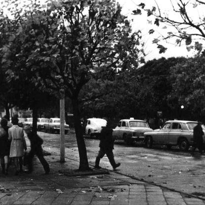 Plac Pocztowy przez lata był jednym z dwóch miejsc w Łomży, gdzie można było złapać taksówkę. Plac się zmieniał, taksówki zostały.