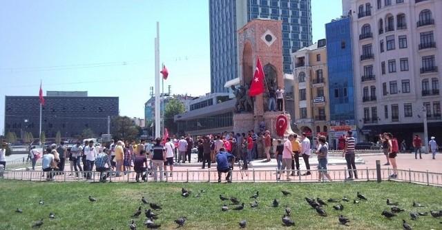 Plac Taksim w Stambule nazajutrz po upadku puczu