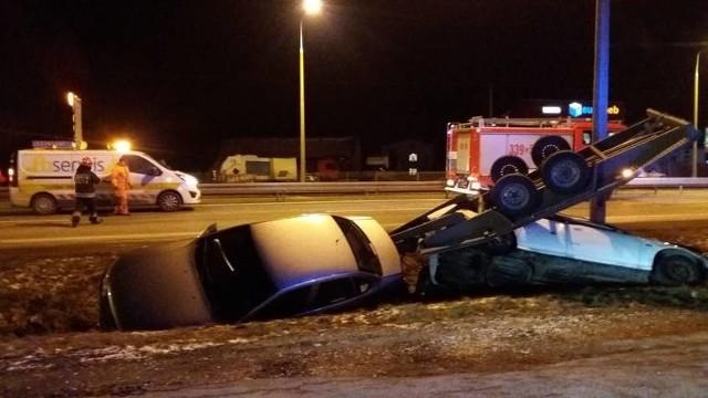 Kierujący pojazdem marki opel na lawecie holował hondę civic. Z niewyjaśnionych przyczyn pojazd zjechał do rowu, a kierowca uciekł.