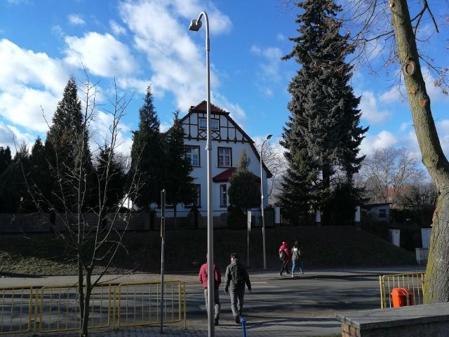 """Przejście dla pieszych przy świebodzińskiej """"Trójce"""" jest od końca ub. roku bezpieczniejsze. Świecą lampy i przesunięto barierki ochronne."""
