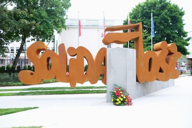 """Pomnik """"Solidarności"""" w Warszawie odsłonięty 4.06.2021"""