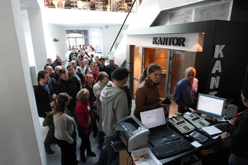Kolejka kibiców Energi Czarnych w kolejce po bilety na mecze z Kotwicą Kołbrzeg.