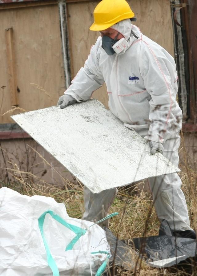 """W tym roku z Nowej Soli """"zniknie"""" ponad 70 ton azbestu"""