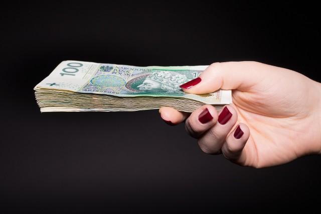 Komornik pobiera dwa rodzaje opłat od dłużnika: stałą orazstosunkową.