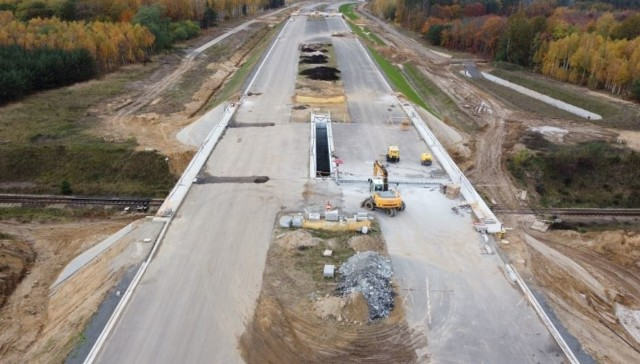 W 2020 roku na Dolnym Śląsku przybyło około 50 km dróg ekspresowych. Ruszyła też budowa najdłuższego tunelu w Polsce drążonego w skale w pobliżu granicy z Czechami. Jak niedawno poinformowała Generalna Dyrekcja Dróg Krajowych i Autostrad, rozpoczęto przygotowania do przebudowy najważniejszej i najbardziej obciążonych ruchem arterii w naszym regionie - dla autostrady A4 oraz dla nowego odcinka drogi ekspresowej S5 i drogi ekspresowej S8. Zaczęły się także prace mające wyprowadzić ruch tranzytowy z blisko dziesięciu dolnośląskich miejscowości.Na kolejnych stronach, znajdziecie wszystkie z zaplanowanych inwestycji w naszym regionie wraz z terminami ich ukończenia. Zaczęliśmy od tych, których zakończenie zaplanowano w 2021 roku.