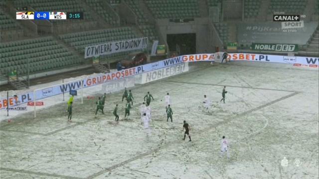 Wisła Kamuflaż. W białym komplecie strojów na zaśnieżonym boisku