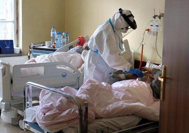 Osoby sprawujące opiekę nad pacjentami z ciężkim przebiegiem COVID za pomocą specjalnej odzieży chronią się przed zakażeniem