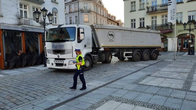 Pijany kierowca wjechał ciężarówką na płytę Głównego Rynku w Kaliszu. Zatrzymał się pod ratuszem.Przejdź do kolejnego zdjęcia --->