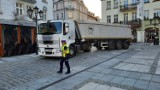 O włos od tragedii. Pijany kierowca wjechał ogromną ciężarówką na płytę Głównego Rynku w Kaliszu. Zatrzymał się pod ratuszem