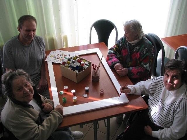 W czasie poobiedniej siesty mieszkańcy czasem lubią coś pomalować. Od lewej siedzi pan Waldek, pani Teresa, Ewa i Marianna.