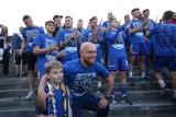 Ruch Chorzów ma koszulkę z okazji awansu ZDJĘCIA Kibice mogą kupić cenną pamiątkę z niebieskimi bohaterami. Ile kosztuje?
