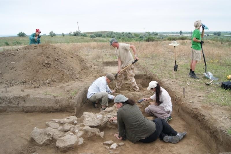Grupa z Polski odsłania eneolityczny krąg na stanowisku w Orłowce. W górnym rogu – jeden ze znalezionych tam pochówków.