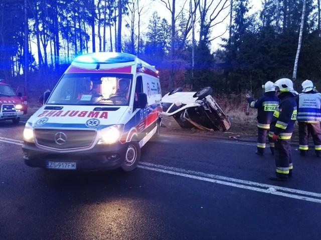 W miejscowości Przydargiń w gminie Bobolice, powiat Koszaliński doszło do groźnego wypadku.Kobieta prowadząca samochód Mercedes Vito prawdopodobnie na skutek utraty panowania nad autem wypadła z drogi na zakręcie. Wyniku czego samochód dachował. Zarówno kobieta, jak i trójka jadących z nią dzieci została przewieziona do szpitala. W miejscu wypadku ruch odbywa się wahadłowo.Zobacz także: Rozmowa Tygodnia GK24 z Moniką Kosiec z KMP w Koszalinie