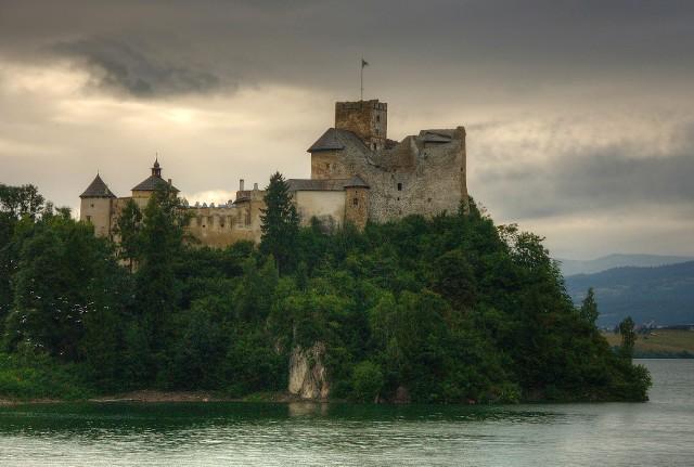 Zamek w Niedzicy. To najpopularniejsza obecnie warownia w okolicach Tatr. Odwiedza ją niemal każdy kto jedzie z Zakopanego na spływ Przełomem Dunajca.
