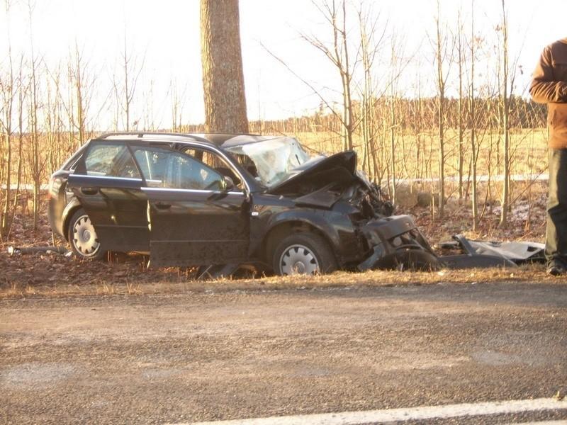 Jedna osoba nie zyje, a ośmiu rannych trafilo do szpitala. To wstepny bilans wypadku volkswagena busa, do którego doszlo w Charbrowie kolo Leby.