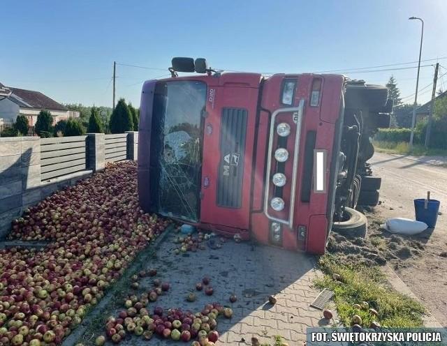 Z przewróconej ciężarówki wysypał się ładunek jabłek