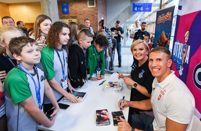 Otylia Jędrzejczak i Piotr Lisek rozdali dzieciom setki autografów pierwszego dnia Otylia Swim Cup w Szczecinie