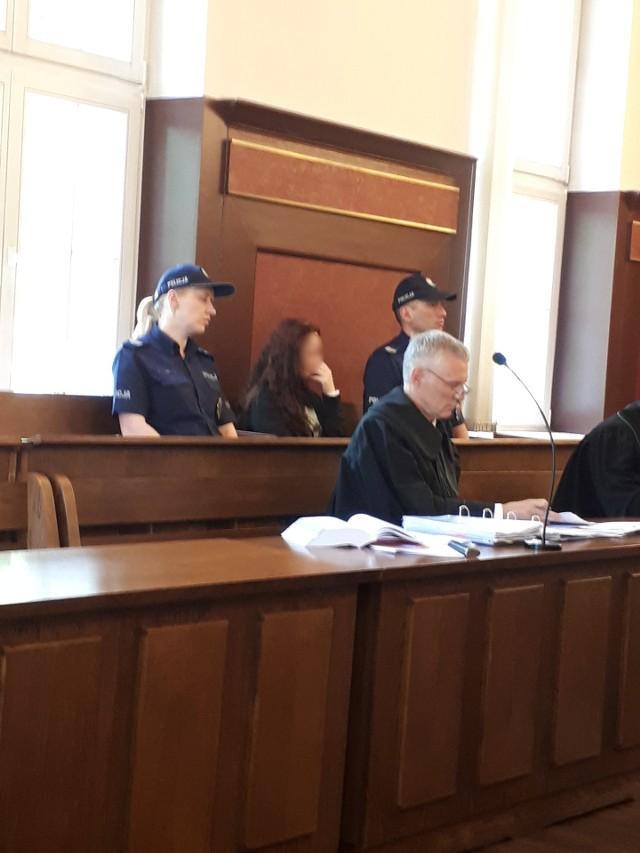 """Prokurator żąda dożywocia dla rodziców """"chłopczyka z Cieszyna"""" czyli Szymona z Będzina. Wyrok sądu nie budzi wątpliwości: Rodzice """"chłopczyka z Cieszyna"""" zostają w więzieniu. Sąd Apelacyjny w Katowicach podwyższył im kary. Ojcu chłopca z 12 lat do lat 15 pozbawienia wolności, a matce chłopca z 10 lat do lat 13. Wyrok jest prawomocny."""