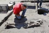 Poznań: Na Śródce archeolodzy odkryli kolejne szczątki ludzkie [ZDJĘCIA, FILM]