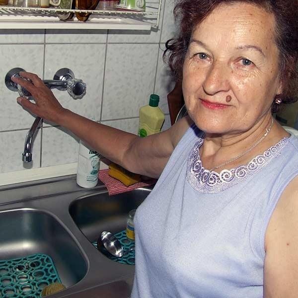 - Rachunki płacimy regularnie, a odcinają nam ciepła wodę. To nie w porządku - żali się Teresa Strzempa, sąsiadka prezydenta Andrzeja Szlęzaka.