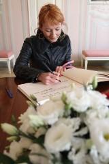 Setki białostoczan wpisują się do księgi kondolencyjnej w pałacyku gościnnym (zdjęcia, wideo)