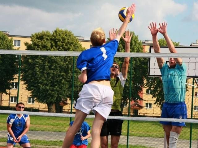 Na mniejszym z boisk można grać w kosza czy siatkówkę.