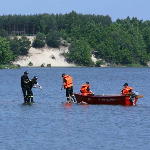 Kilka minut przed godz. 11 strażacy wyciągają z wody ciało 26 - letniego mieszkańca pow. rzeszowskiego
