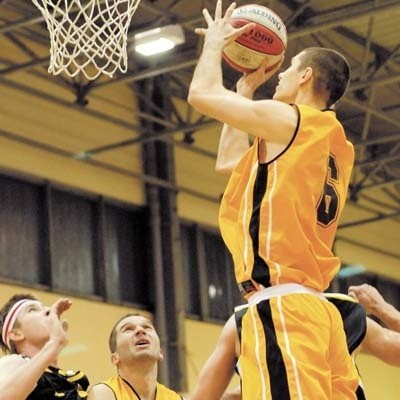 W meczu z Polonią 2011 wiele może zależeć nie tylko od doświadczonych koszykarzy Żubrów, ale i od młodych Rafała Kulikowskiego (przy piłce) czy Piotra Brzozowskiego
