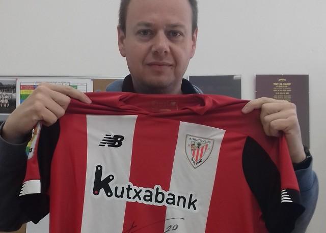 Dyrektor Szkoły Marcina Gortata Michał Feter z koszulką od legendy Athletic Bilbao