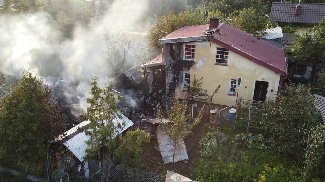 Kiedy strażacy dotarli na miejsce, altana była już całkowicie objęta pożarem. Było duże zagrożenie, że spaleniu ulegnie też domek letniskowy. Strażakom udało się sprawnie opanować sytuację i domek udało się ocalić. W zdarzeniu nikt nie ucierpiał.