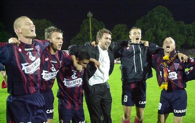 Tak było jesienią. Pogoń wygrała w Szczecinie 3:1. Ze zwycięstwa portowców cieszą się (od lewej): Przemysław Kaźmierczak, Tomasz Parzy, Giuliano, Dawid Ptak i Olgierd Moskalewicz.