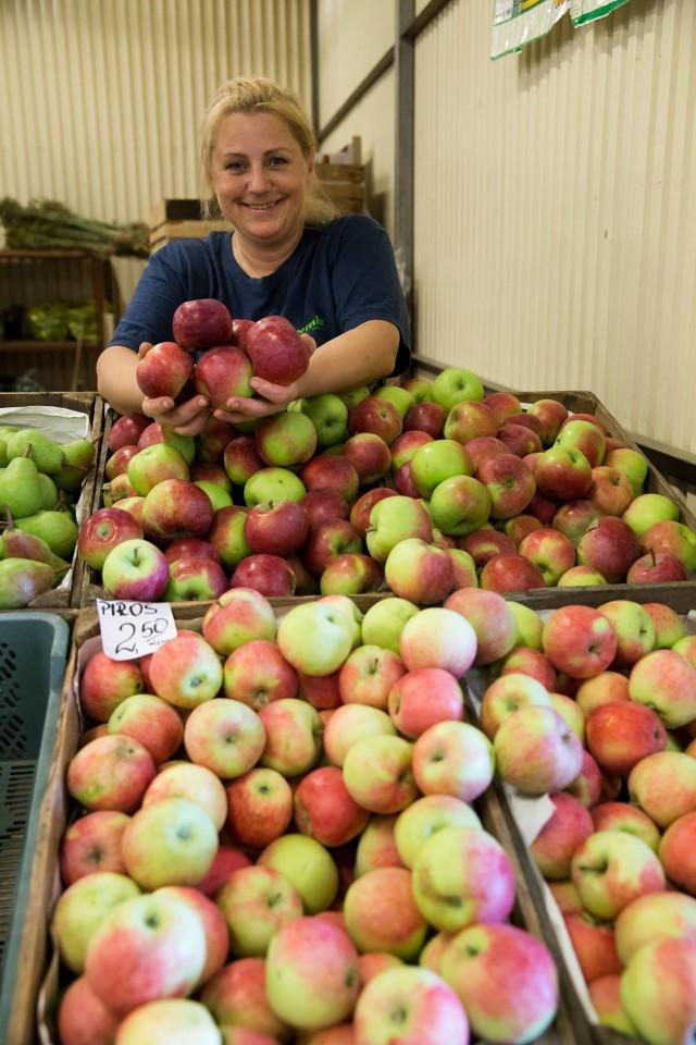 Sadownicy mają kłopot. Z nową siłą daje się odczuć wpływ rosyjskiego embarga. Przed rokiem o tej porze ceny jabłek zaczynały rosnąć. Teraz spadają. Tymczasem producenci mają pełne chłodnie owoców. Gdy je otworzą, będzie jeszcze taniej. A i tak nie wiadomo, czy klient nie wybierze owoców południowych.