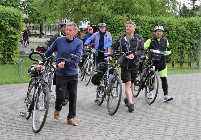 Cykliści zrzeszeni w Komisji Turystyki Rowerowej przy Nadgoplańskim Oddziale PTTK z okazji 100-lecia odzyskania przez Polskę niepodległości przemierzają w br. Szlak Szwadronu Nadgoplańskiego, uczestniczącego w Powstaniu Wielkopolskim. 2 maja, w dniu Święta Flagi RP, kruszwiccy rowerzyści udali się pociągiem do Brzozy pod Bydgoszczą. Tam zwiedzili miejscowy kościół, a następnie pod znajdującym się w sąsiedztwie pomnikiem ku czci powstańców wielkopolskich zapalili symboliczny znicz. Kolejną miejscowością na trasie była Kobylarnia, także związana ze Szwadronem Nadgoplańskim. Stamtąd kolarze ruszyli przez Piecki do Nowej Wsi Wielkiej i dalej do Złotnik Kujawskich, gdzie pod głazem upamiętniającym powstańczy zryw również zapalili znicz. Następnie przez Inowrocław grupa powróciła do Kruszwicy. Rowerzyści kierują słowa podziękowania za gościnę pod adresem wójtów Wojciecha Oskwarka (Nowa Wieś Wielka) i Witolda Cybulskiego (Złotniki Kujawskie). Zaś Grzegorzowi Weberowi dziękują za opowieść o powstaniu i powstańcach wielkopolskich.