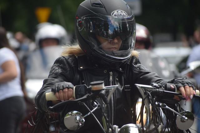 5. Piknik Motocyklowy w Sieradzu przeszedł najśmielsze oczekiwania organizatorów. Ci spodziewali się co najwyżej ze 150 maszyn, a tymczasem zjawiło się 2.000 maszyn z całej Polski. Takiego zlotu motocykli w Sieradzu nikt wcześniej nie oglądał. Głównym organizatorem spotkania jest Stowarzyszenie Motocyklistów Sieradzanie.