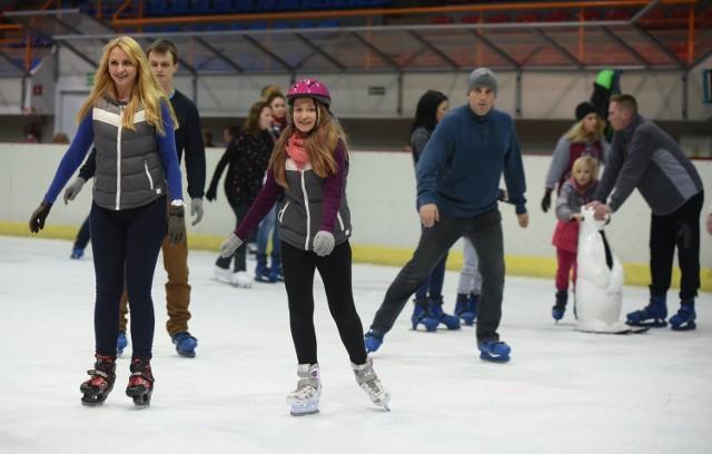 Młodzi narciarze i snowboardziści muszą obowiązkowo nosić kaski. Tymczasem na lodowiskach nie są one obowiązkowe. Władze Zgierza, po wypadku wiceprezydenta, postanowiły to zmienić