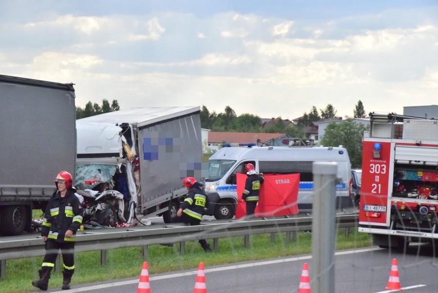 Śmiertelny wypadek na S8 w pobliżu Choroszczy. Bus wjechał w TIR-a. Cały przód zgnieciony (zdjęcia) [09.08.2019]