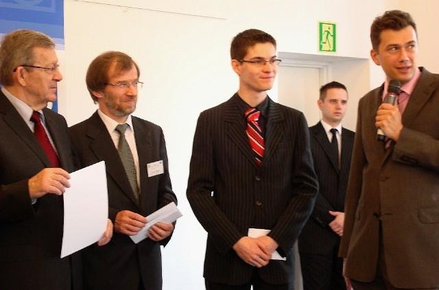 W br. Tomasz Klemt (w środku) wygrał już trzy ogólnopolskie olimpiady. W tym dwie o UE.