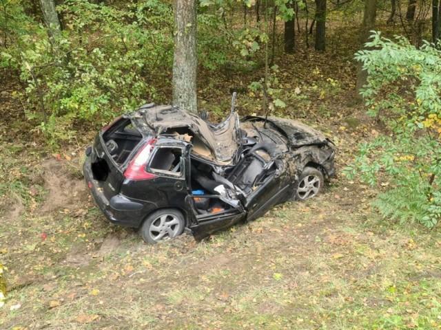 Kierująca samochodem osobowym marki peugeot 57-letnia kobieta z niewyjaśnionych przyczyn zjechała z drogi i uderzyła w przydrożne drzewo. Zobacz zdjęcia z miejsca wypadku --->