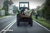 Mieszkaniec powiatu żarskiego na ruchliwej drodze krajowej K-12 ciągnął traktorem wóz z żoną i dwójką małych wnucząt. Stracił prawo jazdy