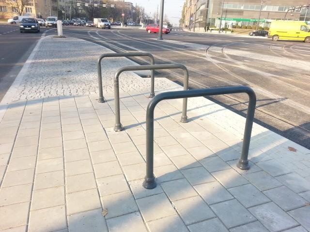 Stojaki na rowery są już na skrzyżowaniu marszałków