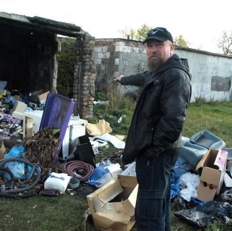 - Te śmieci są przerażające. I nie ma gdzie ich wyrzucać, bo nie mamy tu żadnego śmietnika - opowiada pan Stanisław.
