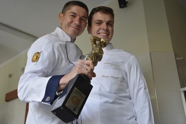 Paweł Salamon (z lewej) ze swoim uczniem i towarzyszem podczas konkursu: uczniem Maciejem Pisarkiem