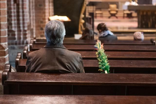 Tak przebiegały nabożeństwa z okazji Niedzieli Palmowej w poznańskich kościołach. Przestrzegano w nich limitu maksymalnie pięciu wiernych, którzy mogli uczestniczyć w mszy świętych. Zobacz zdjęcia ---->