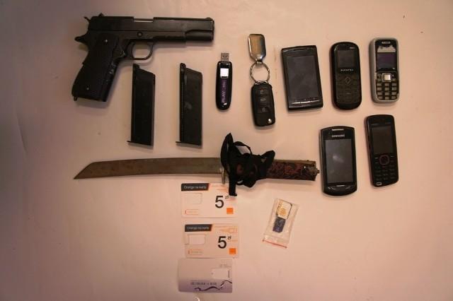 Przedmioty znalezione w mieszkaniach zatrzymanego złodzieja.