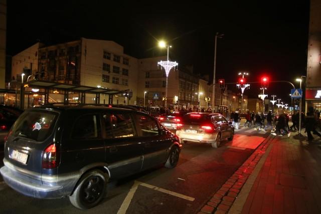 Tłumy na jarmarku bożonarodzeniowym w sobotni wieczór, korki na ulicach Wrocławia