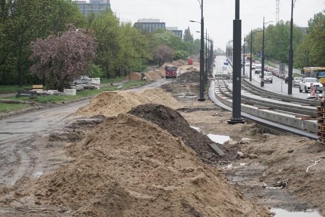 Rekordzista jest jeden... Al. Śmigłego – Rydza remontowana od skrzyżowania marszałków do ul. Przybyszewskiego. Tu prace miały zakończyć się w czerwcu 2020 r., ale termin zakończenia robót przesunięto na październik 2021. Ulica rozkopana jest od 3 lat.